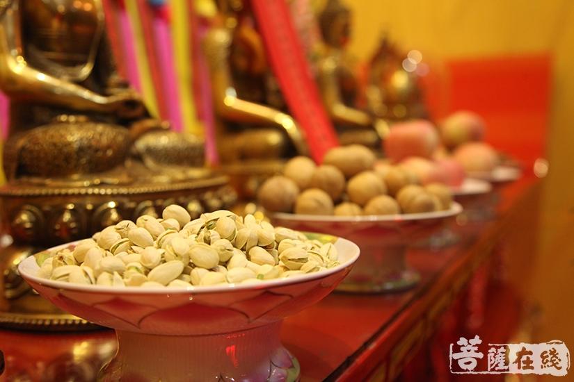 坛上供奉六斋妙味(图片来源:菩萨在线 摄影:慧德)
