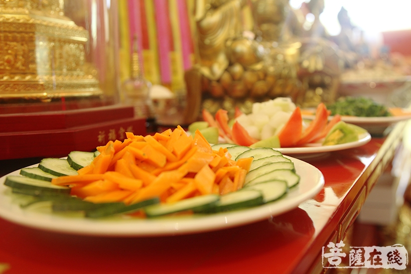 """香、花、灯、水、果、茶、食、宝、珠、衣等""""十供养""""(图片来源:菩萨在线 摄影:慧德)"""