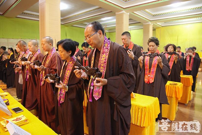 结界洒净仪式旨在让内坛清净无染(图片来源:菩萨在线 摄影:妙澄)