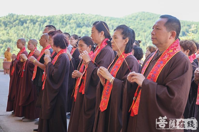 主法法师带领护法居士至各个坛口依次拜坛(图片来源:菩萨在线 摄影:妙澄)