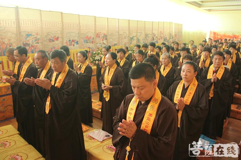 常住法师带领众功德主唱诵、拜忏(图片来源:菩萨在线 摄影:慧德)