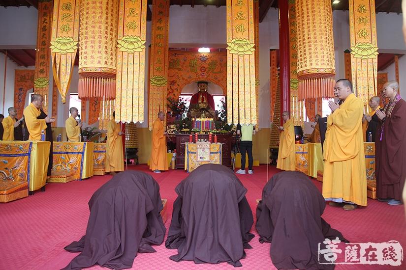 虔诚礼拜(图片来源:菩萨在线 摄影:慧德)