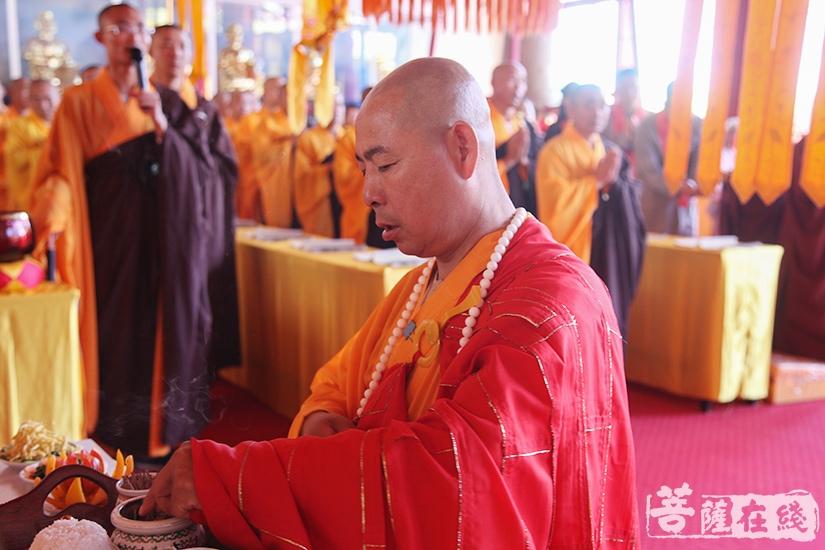 主法上供仪式(图片来源:菩萨在线 摄影:妙澄)