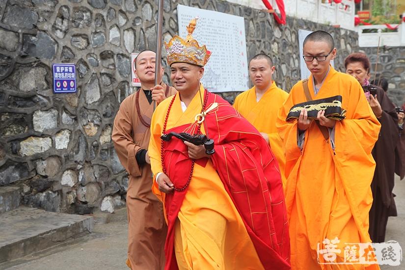 戒定大和尚率领四众弟子奉请圣驾(图片来源:菩萨在线 摄影:慧德)