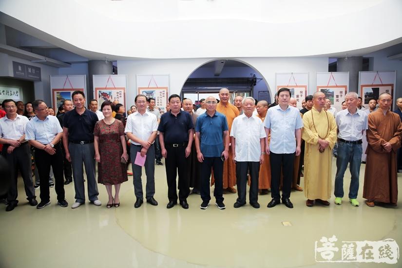 出席当代画僧首届中国画研修班结业作品展的领导嘉宾、大德法师(图片来源:菩萨在线 摄影:妙雨)