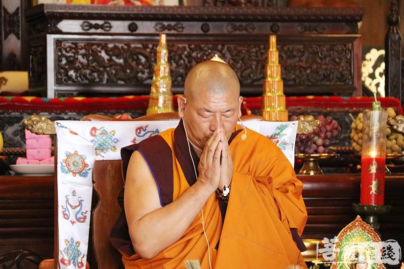关嘉益西活佛带领两序大众诵经祈福(图片来源:菩萨在线 摄影:妙月)