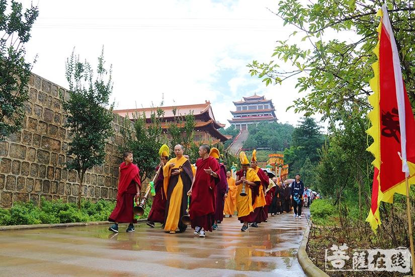 转山节,意在转去厄运、祈求福运(图片来源:菩萨在线 摄影:妙月)