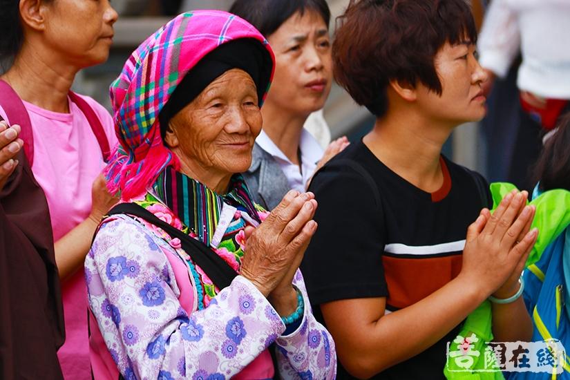 殿外信众(图片来源:菩萨在线 摄影:妙月)