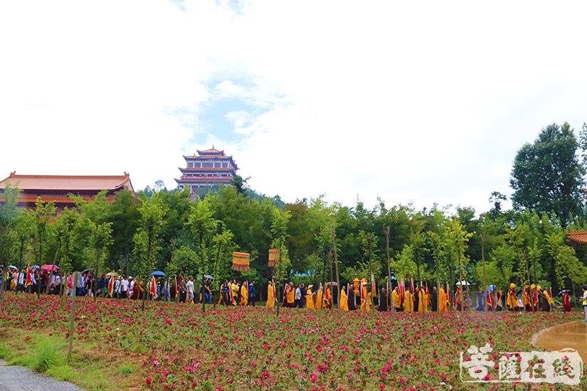 众人转山朝圣中同沐法喜,共祈平安(图片来源:菩萨在线 摄影:妙月)