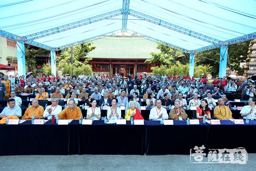 众人齐聚大雄宝殿前共庆广州市佛教协会成立60周年(图片来源:菩萨在线 摄影:妙清)