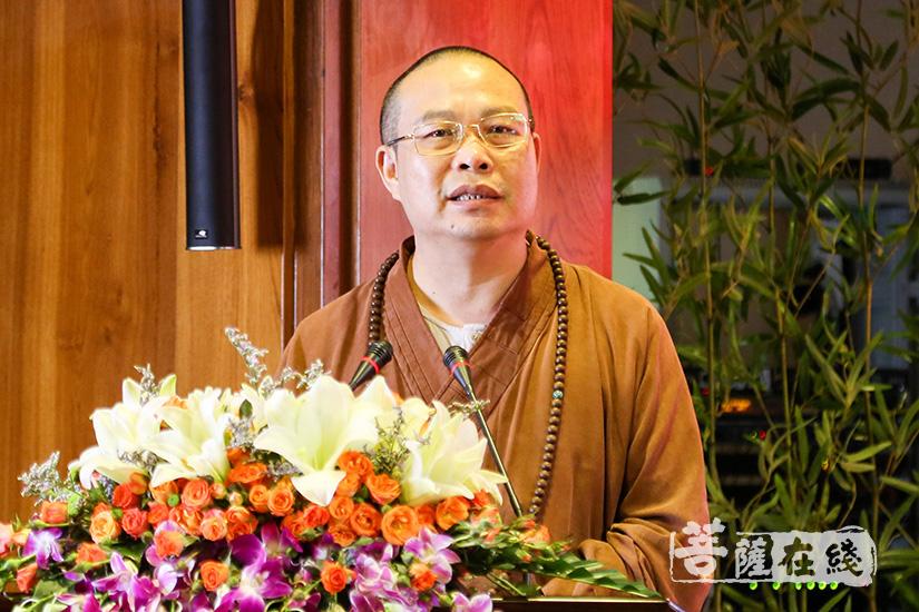 广东省佛教协会常务副会长兼秘书长、广州市佛教协会会长耀智法师欢迎各位专家学者的到来(图片来源:菩萨在线 摄影:妙清)