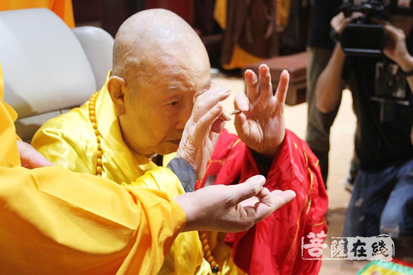 新成长老拈香主法(图片来源:菩萨在线 摄影:妙清)