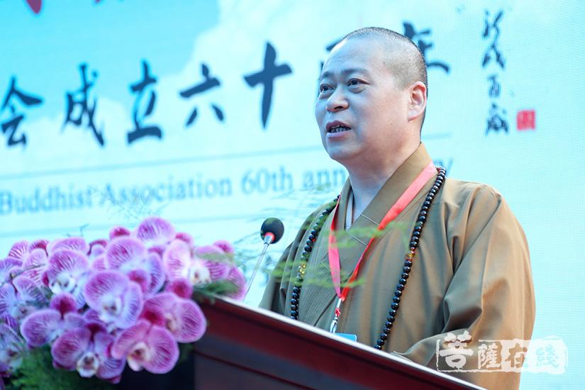 中国佛教协会教务部主任长顺法师宣读中国佛教协会贺电(图片来源:菩萨在线 摄影:果仁)