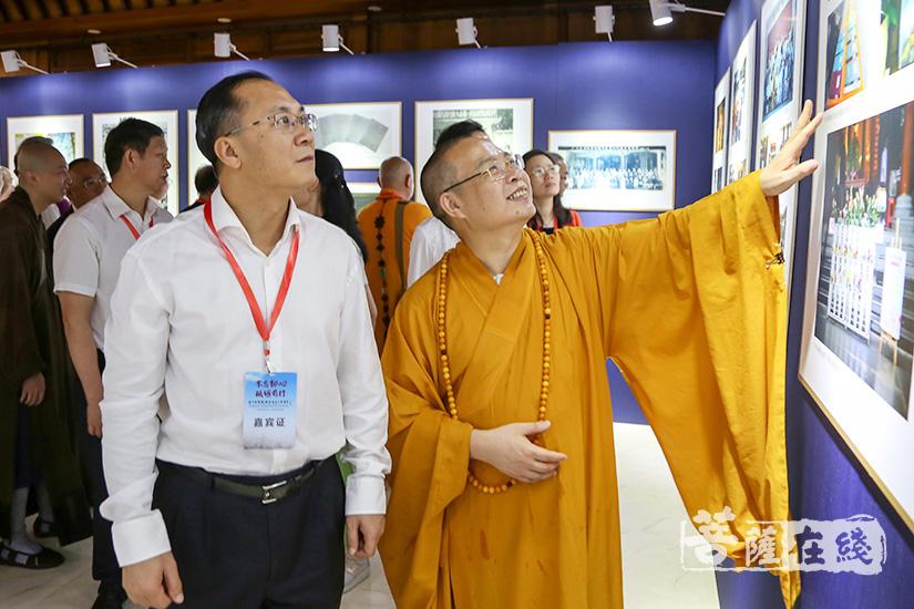 耀智法师为来宾介绍广州市佛教协会发展史(图片来源:菩萨在线 摄影:果仁)