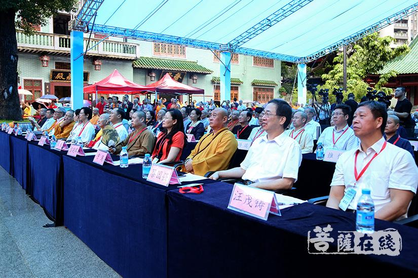观看广州市佛教协会发展60年纪录片(图片来源:菩萨在线 摄影:果仁)