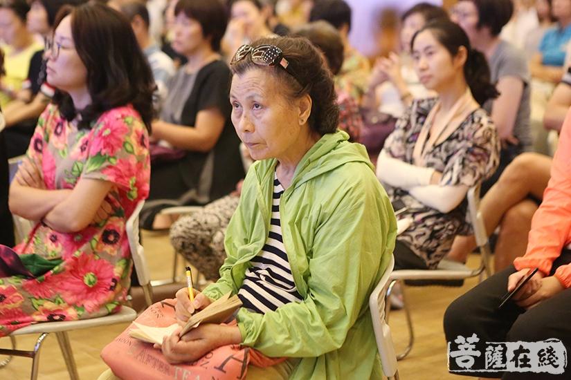 现场观众认真记笔记(图片来源:菩萨在线 摄影:妙祺)