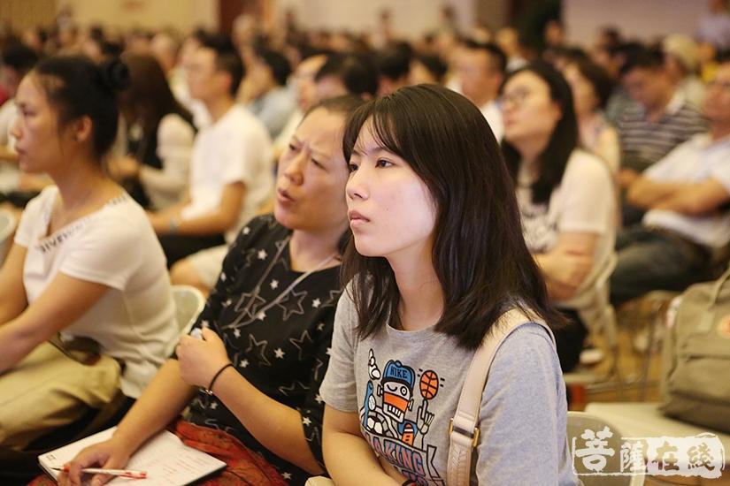 现场观众认真聆听(图片来源:菩萨在线 摄影:妙祺)