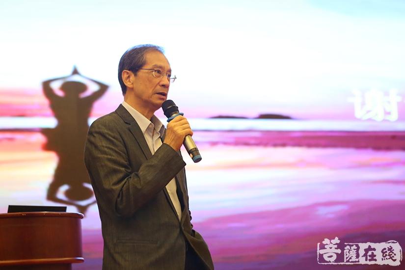 潘宗光教授在讲座最后回答现场观众的提问(图片来源:菩萨在线 摄影:妙祺)