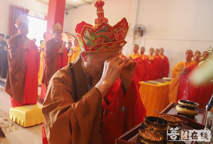 绍云长老拈香主法(图片来源:菩萨在线 摄影:妙澄)