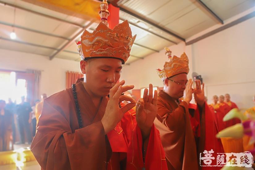 西来法师、弘远法师拈香主法(图片来源:菩萨在线 摄影:妙澄)