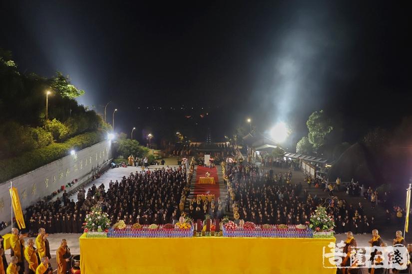 来自全国各地的上千信众顶礼朝拜(图片来源:菩萨在线 摄影:妙澄)