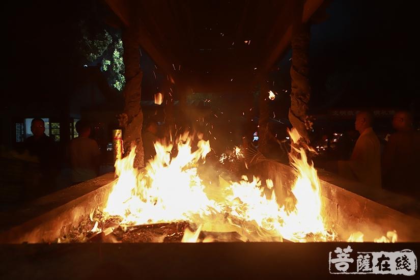 焚烧往生牌位(图片来源:菩萨在线 摄影:妙澄)