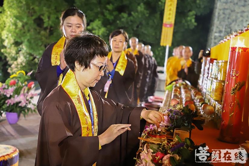 信众拈香(图片来源:菩萨在线 摄影:妙澄)