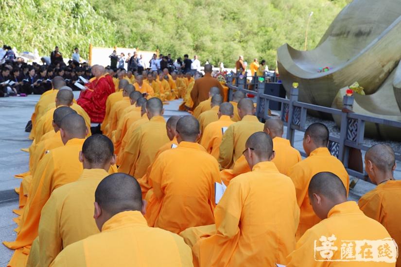 在地藏圣像下同诵《地藏经》(图片来源:菩萨在线 摄影:妙祺)