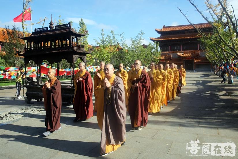 迎请仪式(图片来源:菩萨在线 摄影:妙雨)