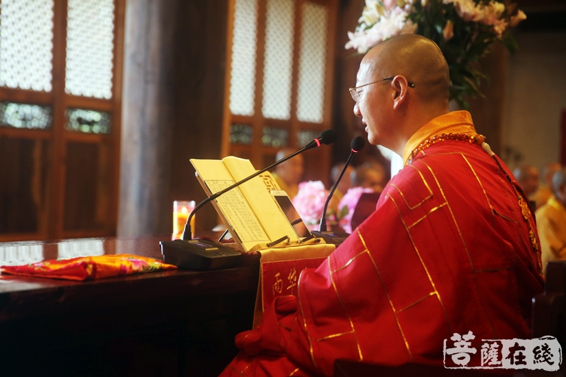 戒和尚向众戒子讲解《毗尼日用切要》(图片来源:菩萨在线 摄影:妙雨)