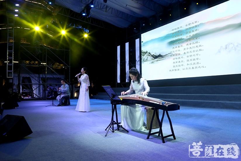 刘海燕带来歌曲《东海禅乐》(图片来源:菩萨在线 摄影:妙言)