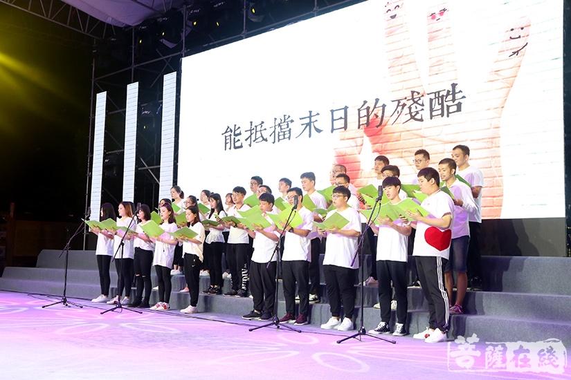 东海观音寺梵乐合唱团演唱《稳稳的幸福》(图片来源:菩萨在线 摄影:妙静)