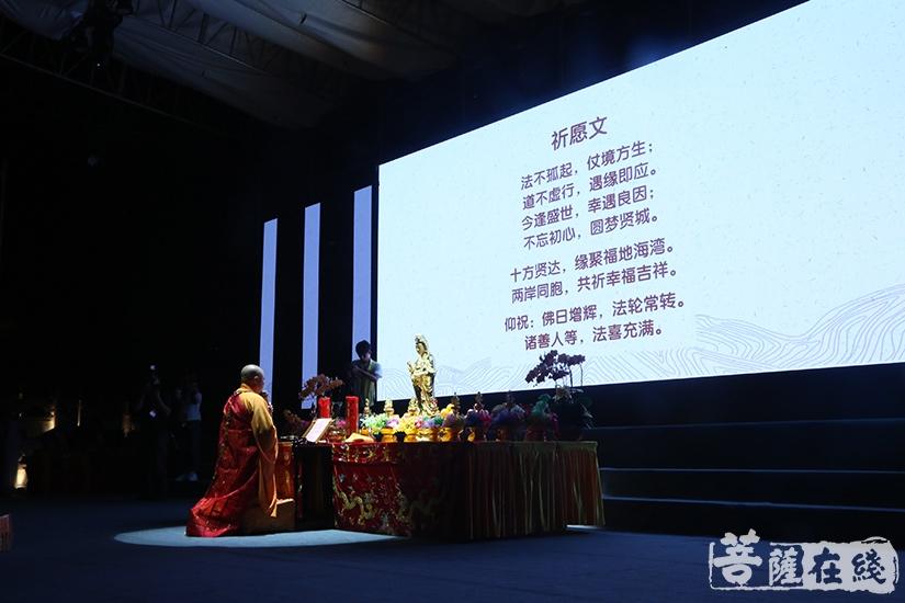 慧之法师虔诚祈愿(图片来源:菩萨在线 摄影:妙言)
