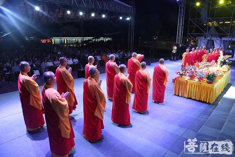 拜月仪式庄严肃穆(图片来源:菩萨在线 摄影:妙静)