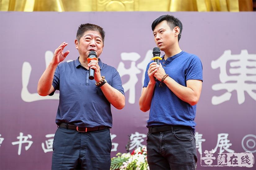 中国曲艺家协会副主席王汝刚携助理即兴表演(图片来源:菩萨在线 摄影:果仁)