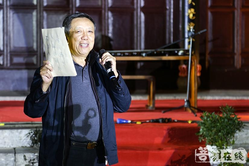 冰天诗社社长初国卿致辞赏月诗会(图片来源:菩萨在线 摄影:妙言)