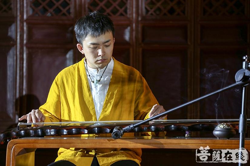 古琴演奏(图片来源:菩萨在线 摄影:果仁)