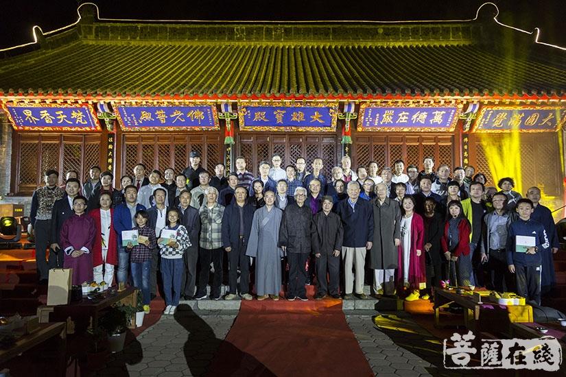 冰天诗社首届赏月诗会合影留念(图片来源:菩萨在线 摄影:妙言)