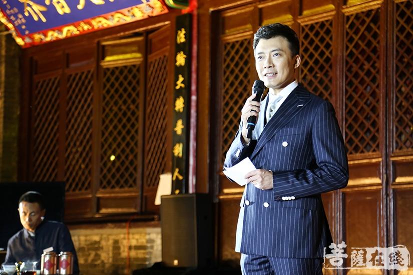 辽宁广播电视台主持人张明主持本次赏月诗会(图片来源:菩萨在线 摄影:果仁)