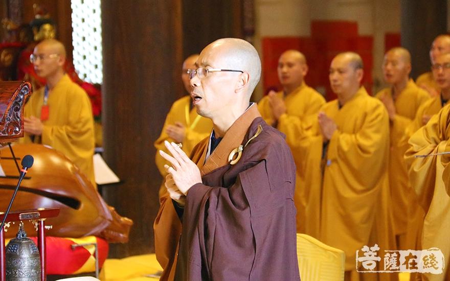 开堂大师父印杰法师带领戒子诵经(图片来源:菩萨在线 摄影:妙月)
