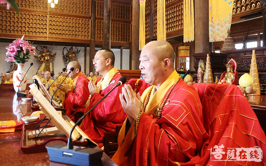 三位律师带领戒子诵经加持(图片来源:菩萨在线 摄影:妙月)