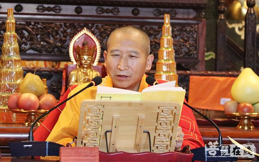 现前教授阿阇黎传轮律师为新戒《过沙弥律》(图片来源:菩萨在线 摄影:妙月)