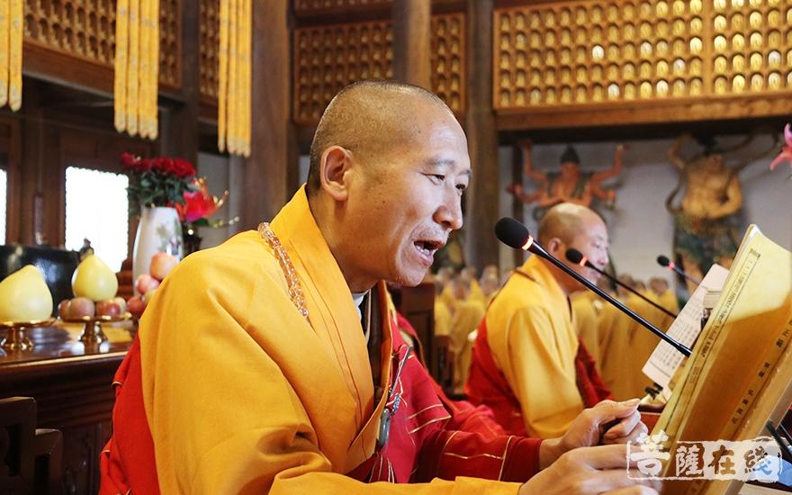 现前教授阿阇黎传轮律师宣说戒相(图片来源:菩萨在线 摄影:妙月)