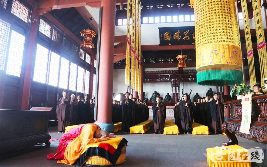 道元法师主法上供仪式(图片来源:菩萨在线 摄影:妙雪)