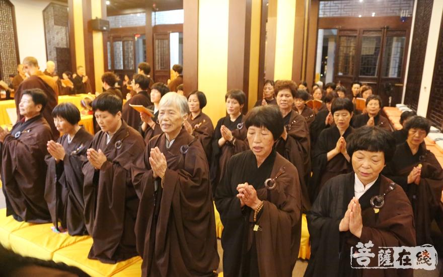 大众虔诚祈愿(图片来源:菩萨在线 摄影:妙雪)