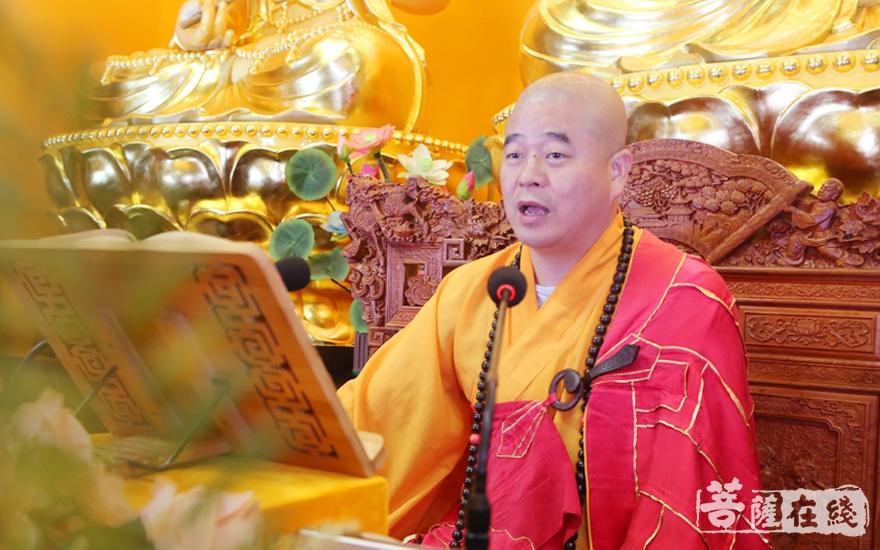 道元法师为大众讲解《净土宗判教史略要》(图片来源:菩萨在线 摄影:妙雪)
