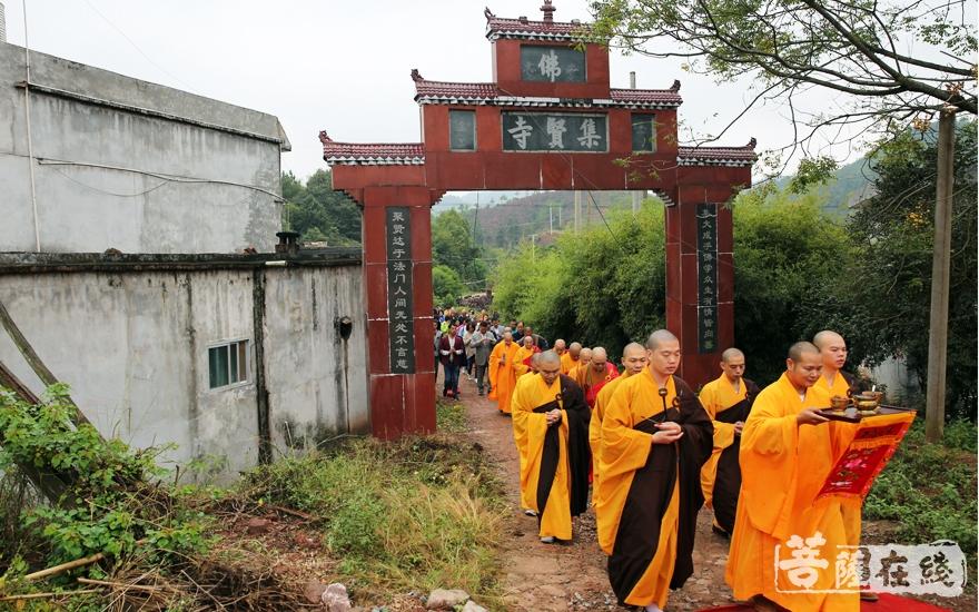 主法法师步入会场(图片来源:菩萨在线 摄影:妙雨)