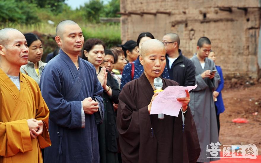 广智法师代表寺院四众弟子向与会人员表示欢迎(图片来源:菩萨在线 摄影:妙雨)