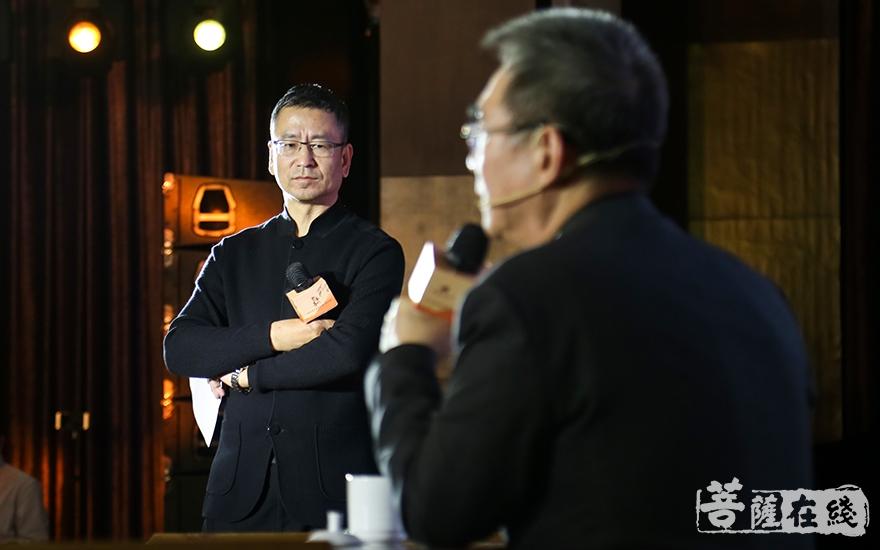 經濟學家、北京大學國家發展研究院名譽院長林毅夫與白巖松坐而論道(圖片來源:菩薩在線 攝影:妙祺)