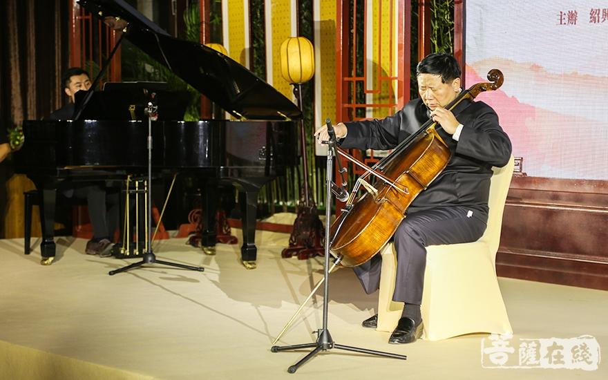 葉小文大提琴獨奏(圖片來源:菩薩在線 攝影:妙祺)